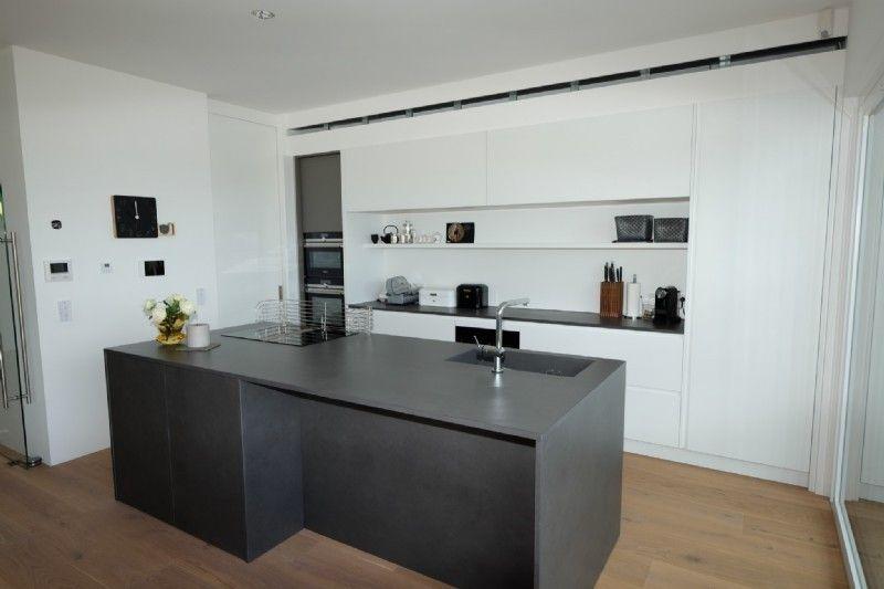 Küche grauer Block + weiße Kästen + Holzboden, keine Griffe, guter - griffe für küche