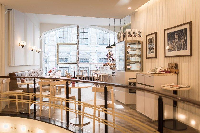 Cafe Belstaff Im Belstaff Store In Der Residenzstrasse Munchen In 2020 Cafe Kaffee Und Kuchen