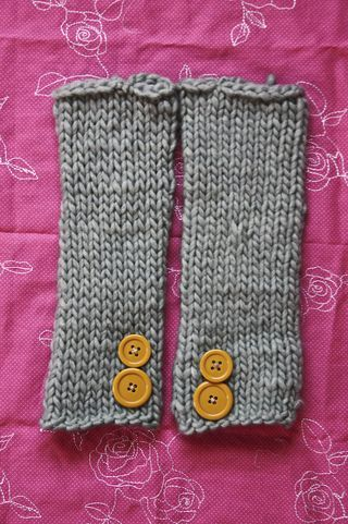 super easy arm warmers ~ knitting for beginners-- I want to make them thicker to use as leg warmers with my boots!