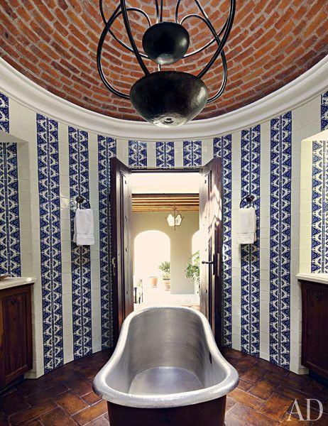 Kylpyhuoneen kuviollisia talavera-laattoja on ryhmitelty mielenkiintoisesti raidoiksi.