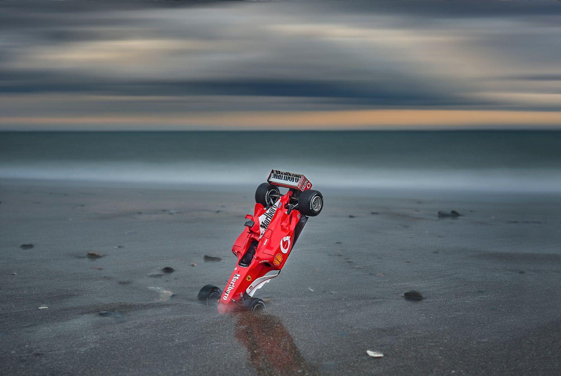 El Ferrari bajo el cielo gris