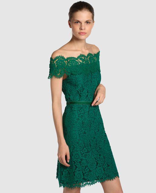 09dc01b5c1 Vestido corto de encaje en color verde. Tiene escote bardot