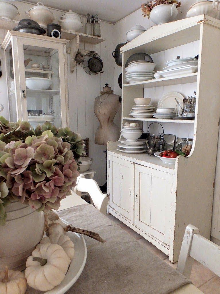 Küche Eingerichtet Im Nordischen Shabbychic. Eine Kombination Aus Antiken  Und Neuen Küchenelementen.