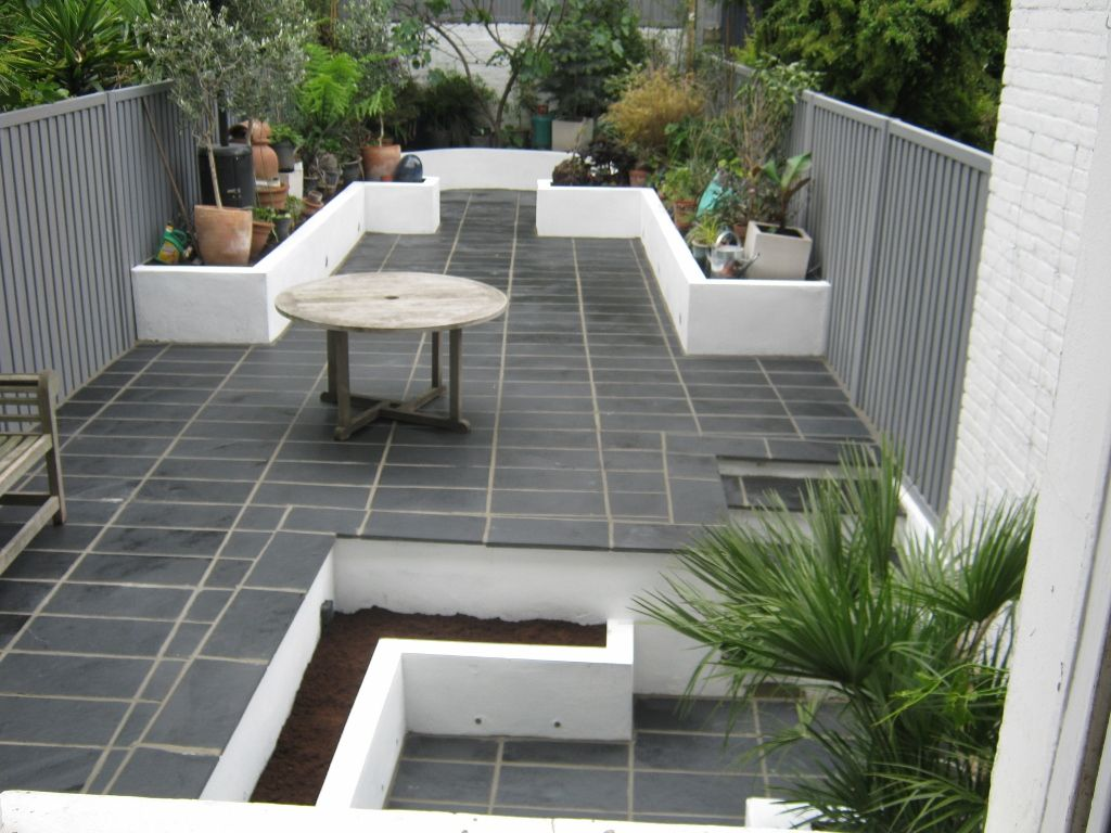 Exceptionnel Black Limestone Natural Paving Laid In Formal Pattern And New Raised  Rendered White Walls