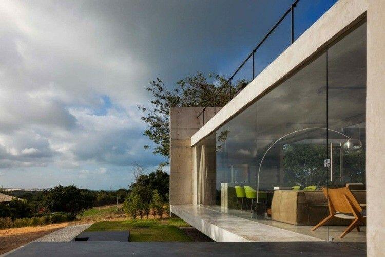 Minimalistisches Haus aus Holz und Beton  großen Fensterfronten