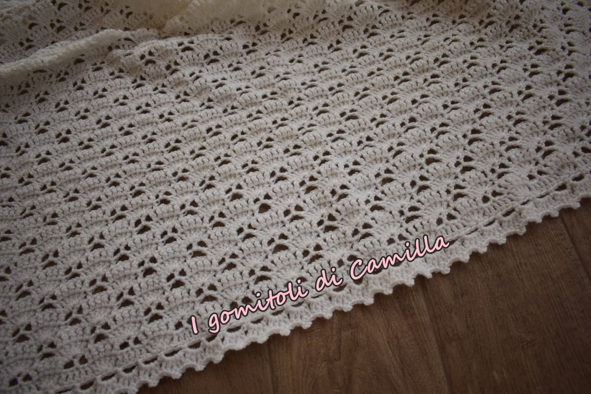 Copertina traforata in lana con ventagli | Uncinetto
