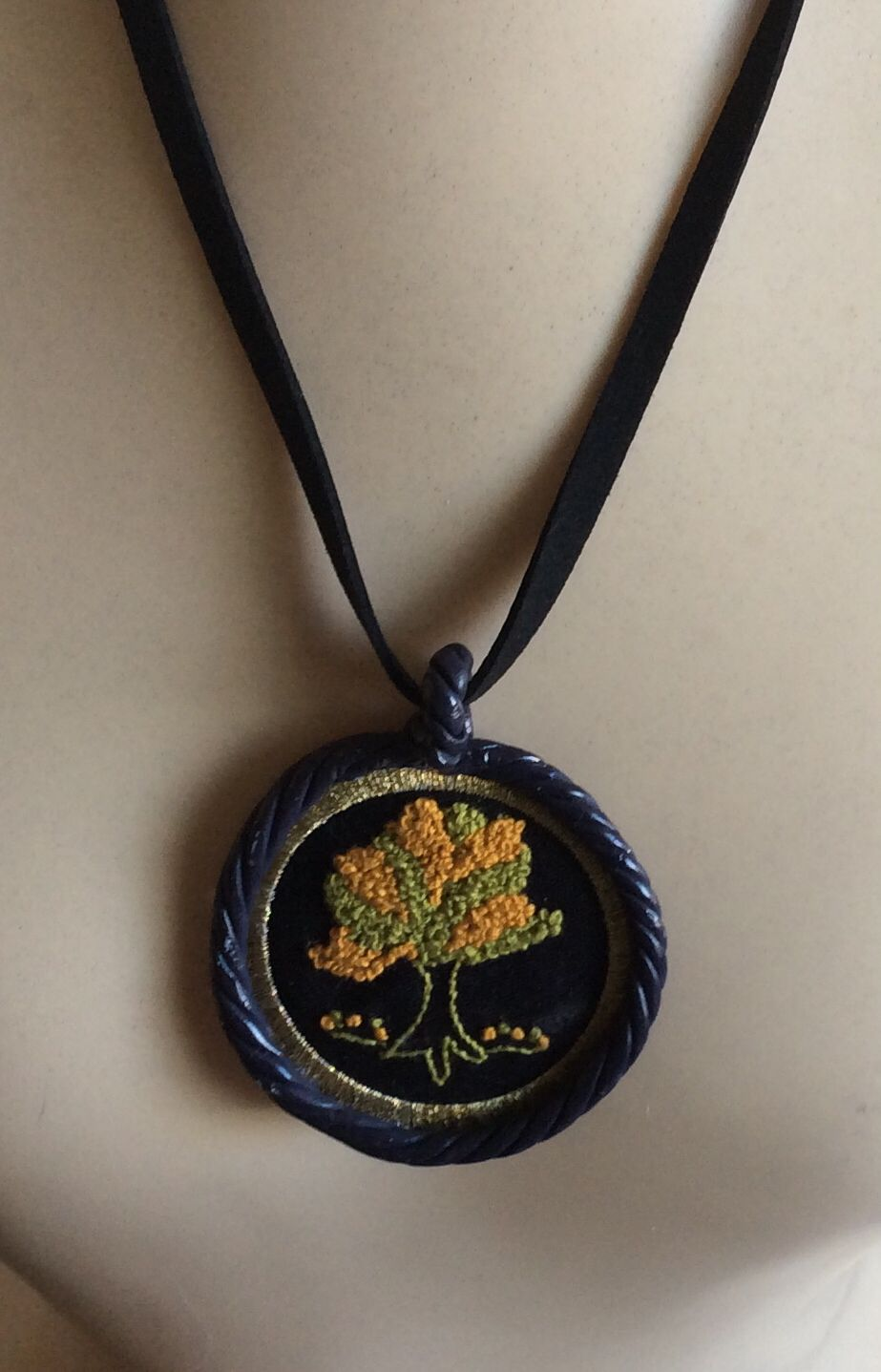 Medalhão bordado com moldura de massa acrílica | Peças exclusivas by ...