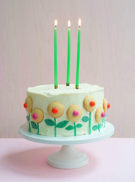 Decoración fácil para tartas : Cuando hacemos una tarta casera nos encontramos con una enorme dificultad a la hora de decorarla, más que hacer el pastel, con su bizcocho y su relleno, el