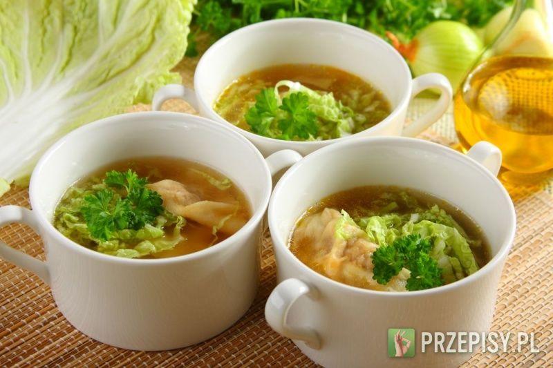 Mięso umieść w miseczce. Dodaj cukier, mąkę ziemniaczaną, sos sojowy, trzy łyżeczki wody, oraz przyprawę Knorr. Dobrze wyrób.  Cebulkę posiekaj, pędy bambusa pokrój na cienkie paski. Następnie zmieszaj z mięsem i dodaj żółtko oraz olej sezamowy. Ponownie wyrób.  Przygotuj ciasto: do mąki dodaj jajko, 3 łyżki zimnej wody oraz szczyptę soli. Ciasto zagnieć, rozwałkuj i pokrój na kwadraty o boku 4 cm.  Na każdy kawałek ciasta nałóż nadzienie i zlep pierożka.    Zagotuj wodę i ugotuj pierożki…