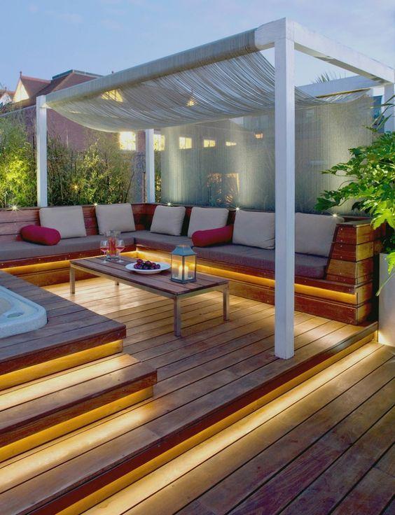 Sitzbereich auf der Holzterrasse - Led Streifen beleuchten die - whirlpool im garten selber bauen