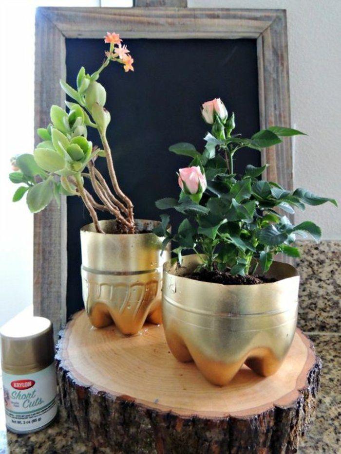 un petit pot de fleurs avec une bouteille en plastique 17 id es diy r cup bricolage. Black Bedroom Furniture Sets. Home Design Ideas