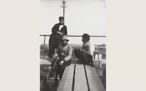 Drie mannen in Volendammer streekdracht op een steiger bij de haven. 1918-1941 #NoordHolland #Volendam
