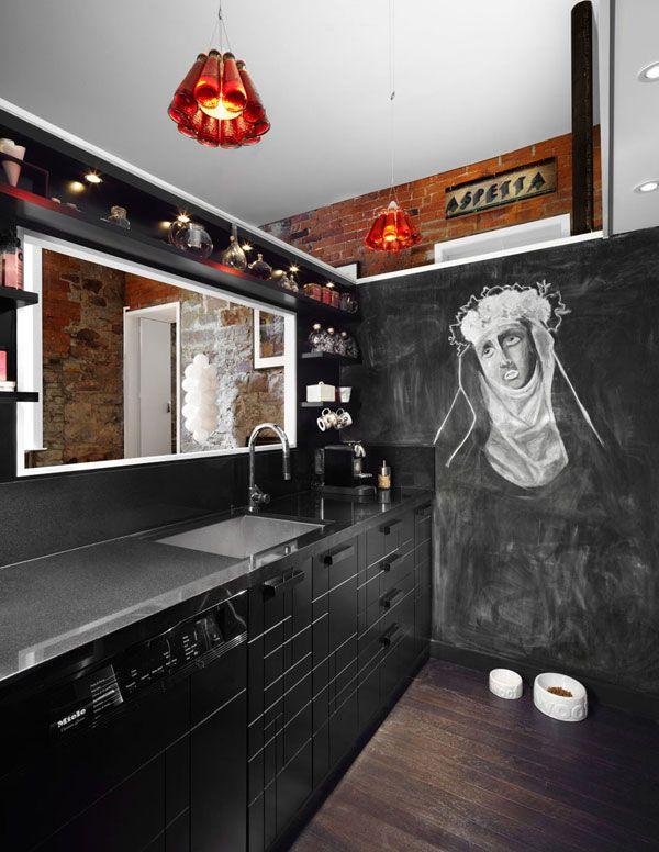 Musta keittiö & liitutauluseinä