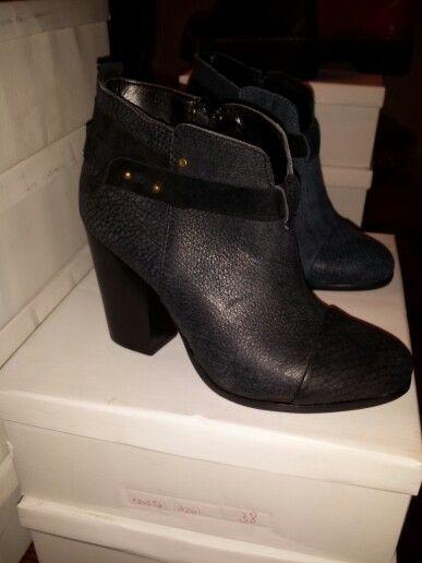 Zapatoa de cuero y tira de gamuza