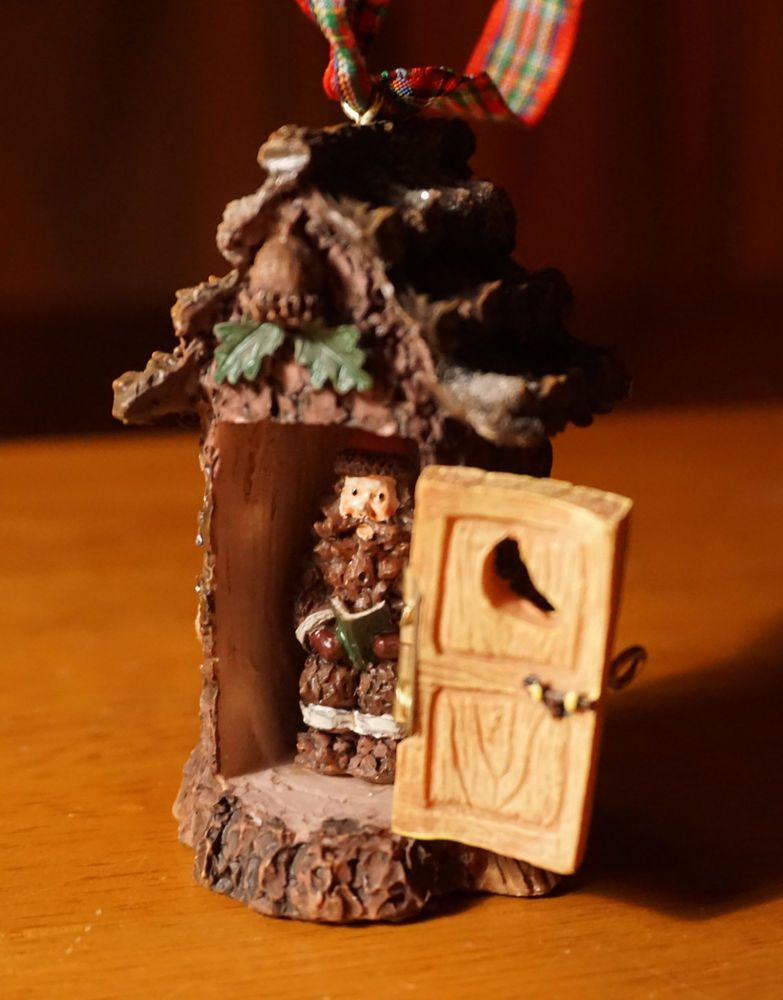LODGE SANTA IN CABIN OUTHOUSE CHRISTMAS ORNAMENT Wood Bark Style