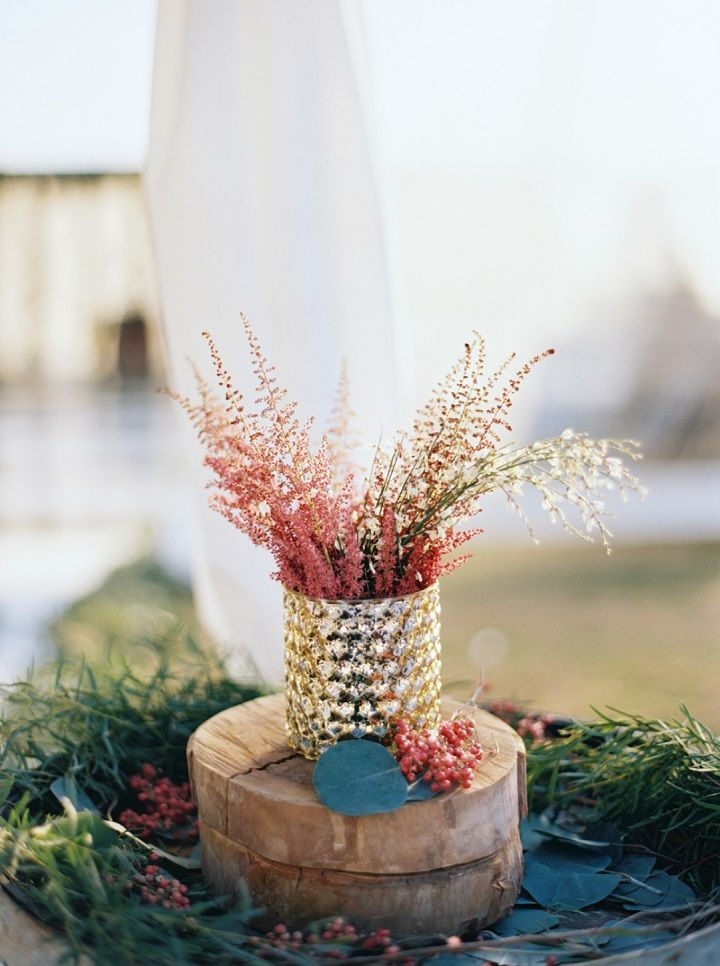 Wedding flower arrangement | Fall backyard wedding with burgundy details | fabmood.com #wedding #fallwedding #chandelier