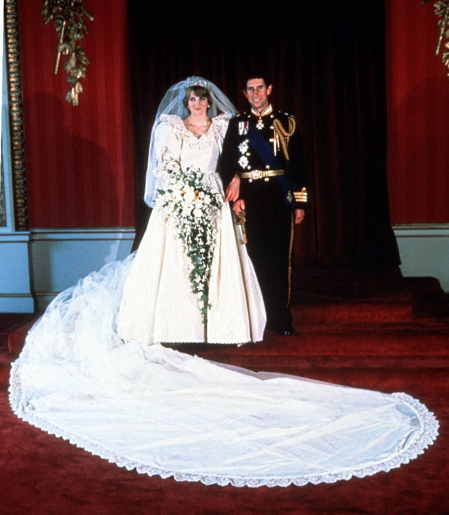 Inside The Epic Story Of Princess Diana S Wedding Dress Gelinlik Gelinler Unluler [ 1024 x 892 Pixel ]