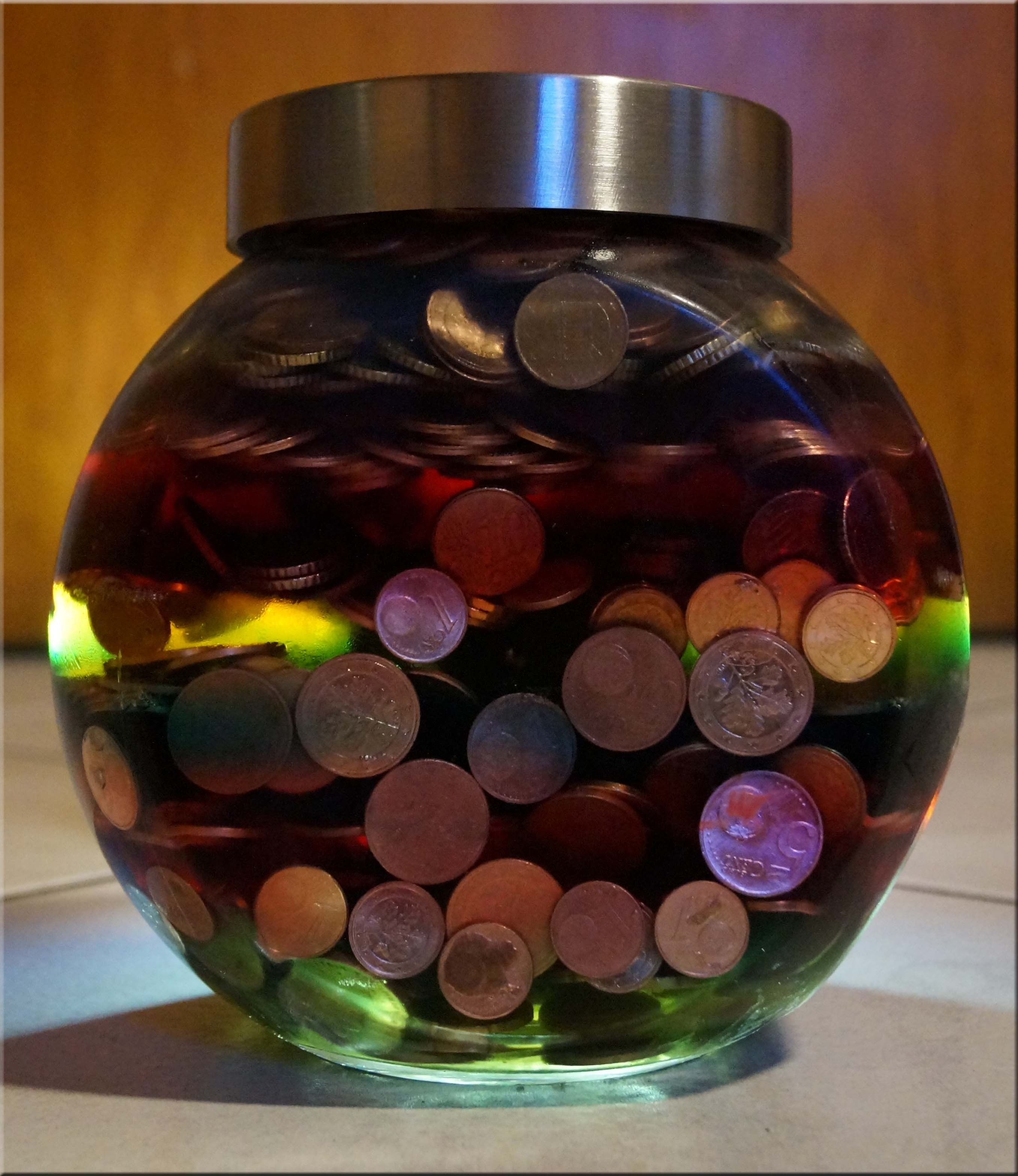 Ein Glas Mit Deckel Gefullt Mit 1 2 5 10 Und 20 Cent Stucken Und