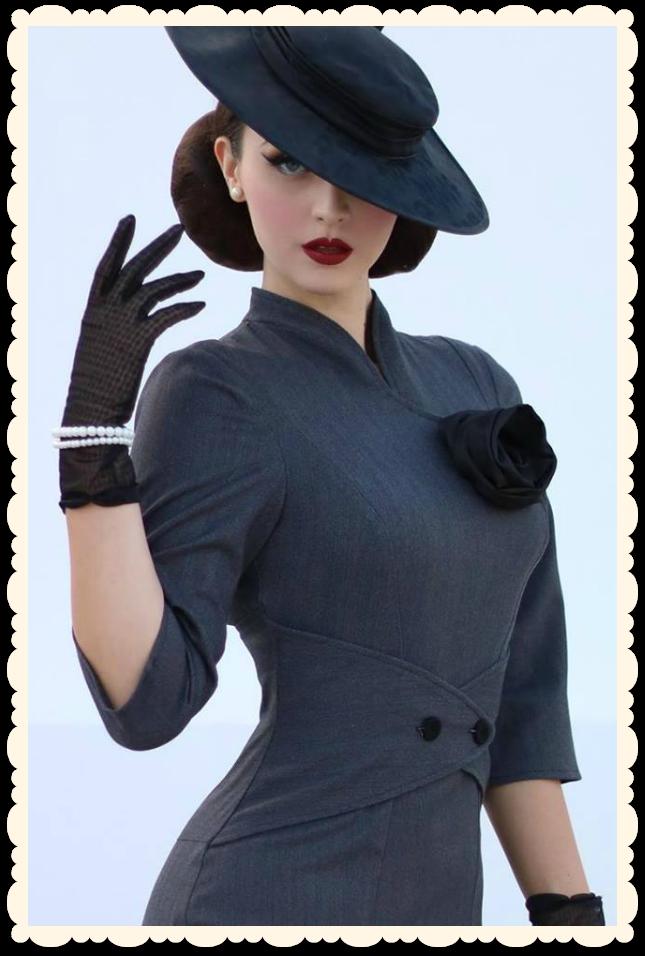 5447ae250d48f Robe glamour rétro, coupe années 50 par la modèle retro internationale Idda  Van Munster pour Miss Candyfloss. Gris rayé marine, détails contrastants  noirs, ...