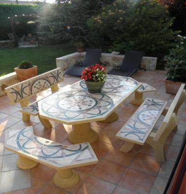 Mesa y banco de mosaico herreria pinterest bancos for Bancos de piedra para jardin