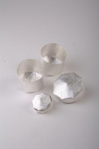 Maike Dahl: Dosen, Silber, gefaltet ausgezeichnet mit dem Nieders. Staatspreis für das gestaltende Handwerk 2007