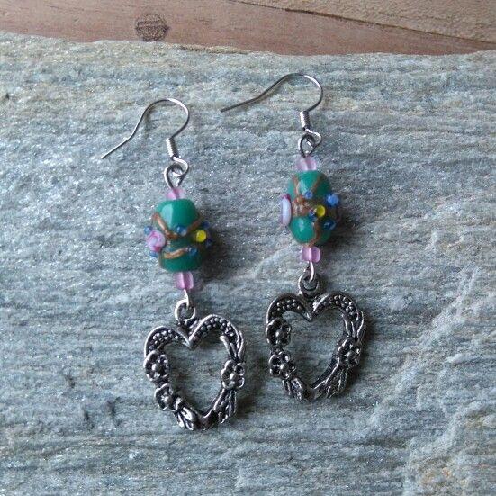 Oorbellen gemaakt met handbewerkte glaskralen en tibetaans hartje  www.facebook.nl/kikakoscreaties