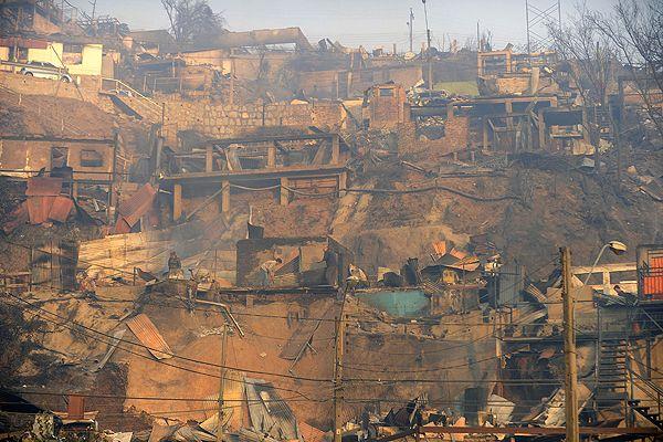 Valparaiso: Aumentan a 16 los fallecidos y a 10 mil evacuados por incendio | Emol.com