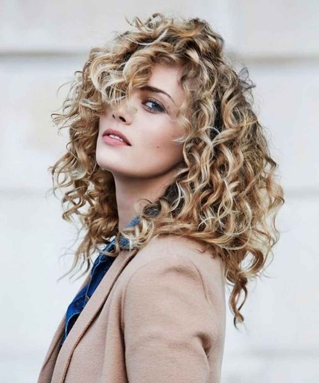 15 Chic Curly Hairstyles To Make You Look More Charming Fashions Nowadays Mid Length Curly Hairstyles Curly Hair Styles Naturally Curly Hair Styles