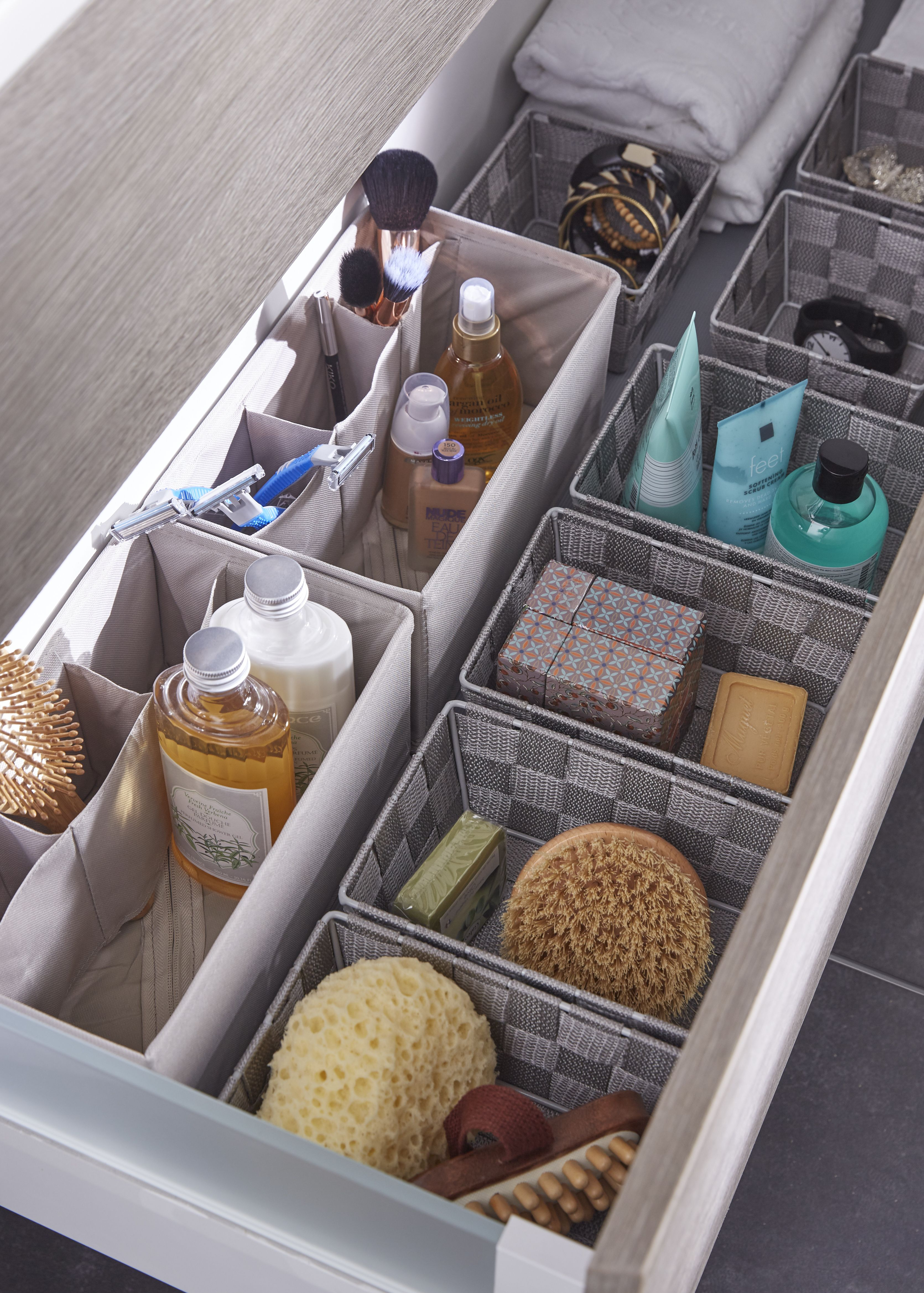 des paniers de rangement dans vos tiroirs de salle de bains utile et pratique pour ranger ces. Black Bedroom Furniture Sets. Home Design Ideas