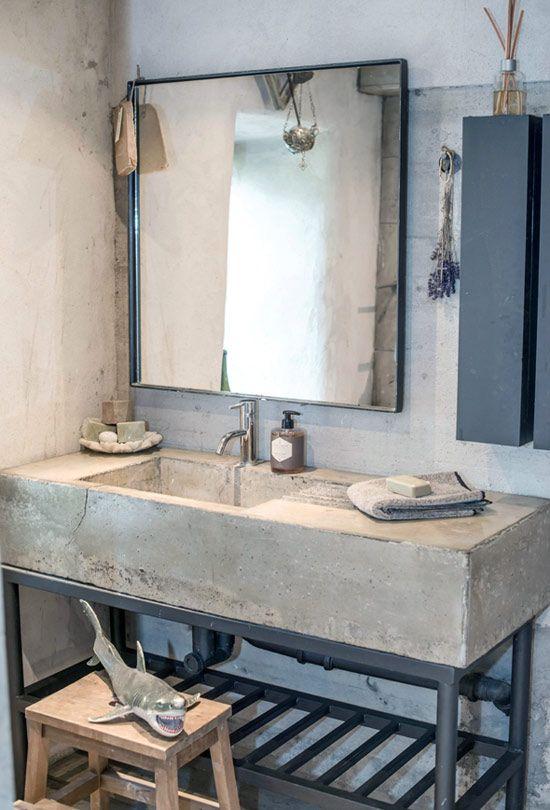 Auf alt getrimmt: Großes eckiges Stone-Washed Waschbecken im ...