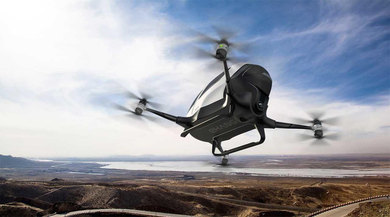 Se trata de EHang 184, un dron de ocho hélices ideado para el transporte individual que funcionaría al estilo de un taxi, acudiendo a la llamada del cliente que lo solicitaría vía app. Todo pinta bastante ideal, imaginando incluso una pequeña flota de estos drones que nos recogerían y nos llevarían hasta a 50 kilómetros, pero echamos en falta algo: una demostración de que lo hacen.