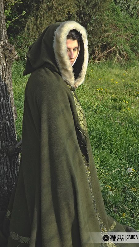 Europa XIII secolo. Mantello a ¾ di ruota in lana colore verde con rifiniture in tessuto verde e pelliccia lungo il cappuccio. / Green wool cloack with cloth borders and fur on the hood. #medieval #clothes #middleage #dressmaker #cloack #handmade #green #wool #fur #reenactment #hystorical #woman #girl #XIIIcentury