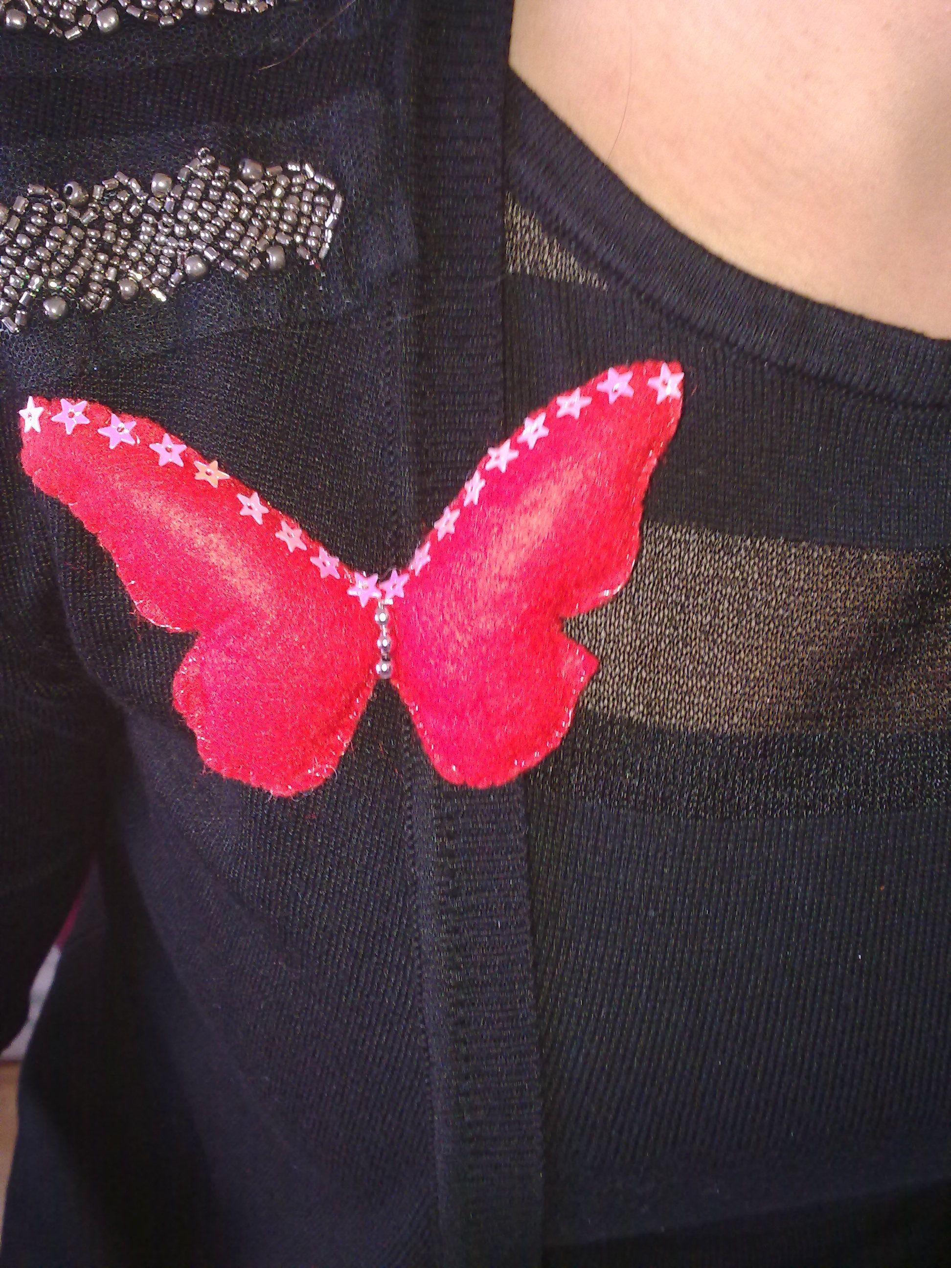 iremin yakasında ablasının kelebeği