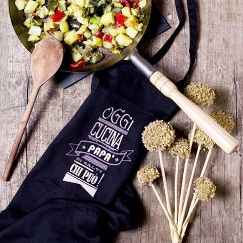 Il regalo perfetto per i papá che amano cucinare! ❤️ Per ordinare il grembiule da cucina, personalizzabile anche con nome, basta scriverci a info@ilricamificio.net