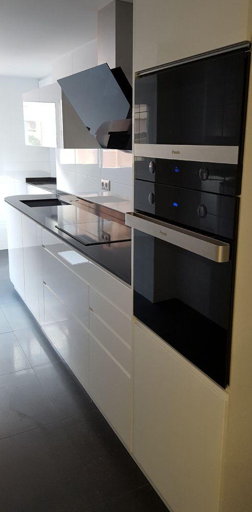Una cocina moderna con muebles blancos | Ideas para and Bedrooms