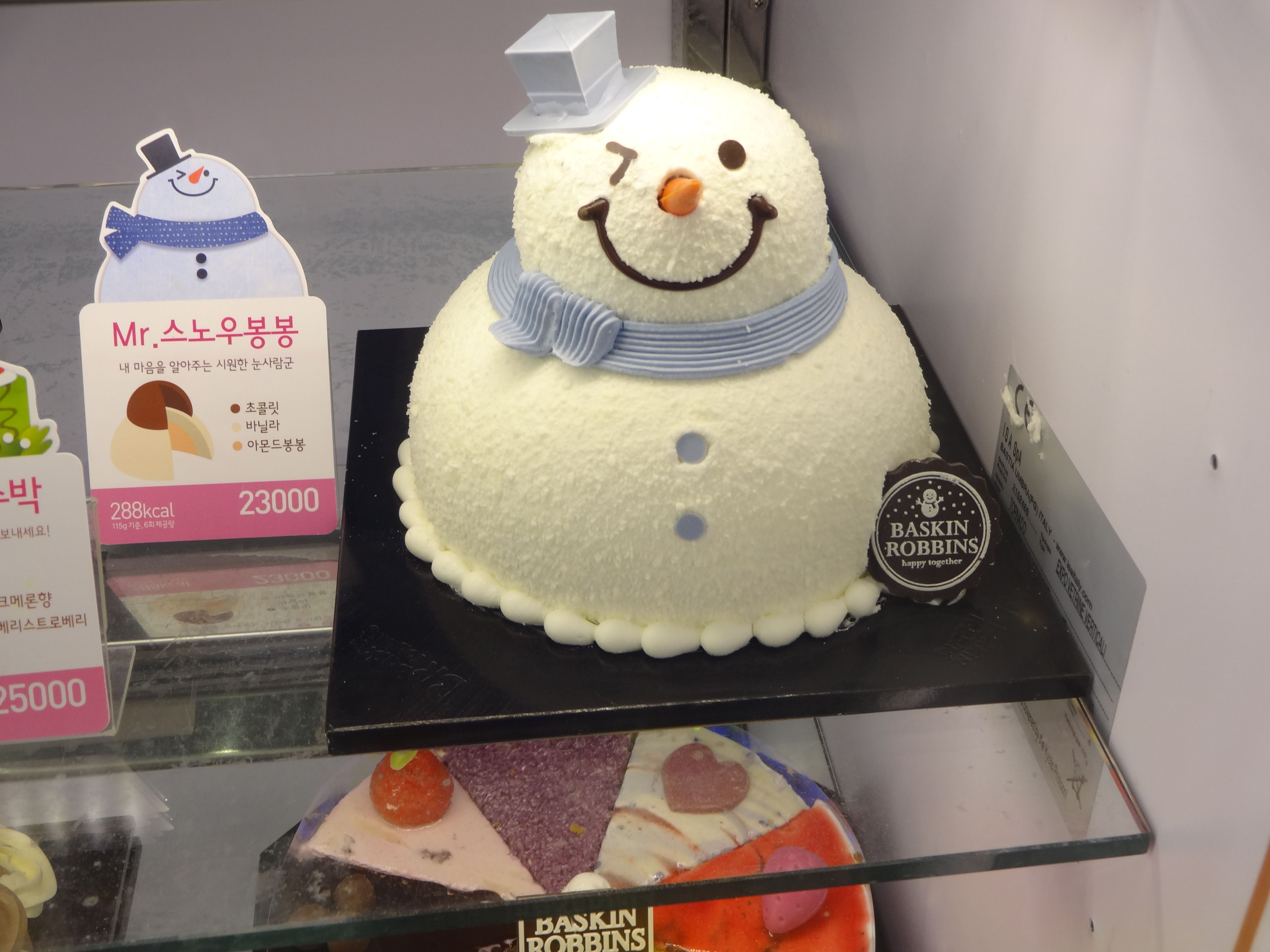 cute snowman icecream cake! perfect for those who have christmas in the boiling hot summer time! *uhhum cough cough points directly at myself and cries while singing white christmas*