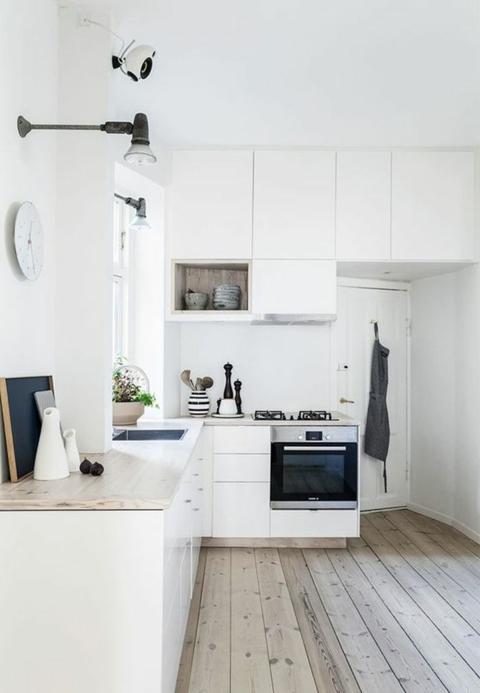 Moderne weiße Küche zeigt Stil und Eleganz, vereint Modernität und - küchen wanduhren design