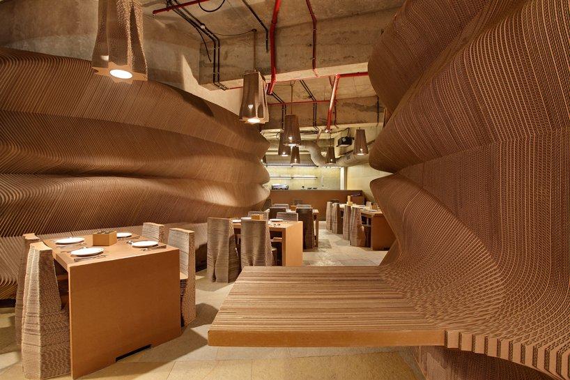 位於孟買中央商務區有一間全是用厚紙板內裝的咖啡廳 » ㄇㄞˋ點子