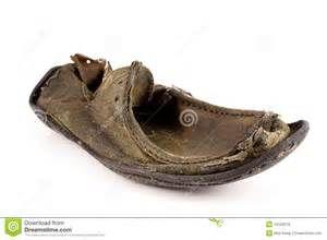 Battu vers le haut et vieille chaussure en cuir superficielle par les ...