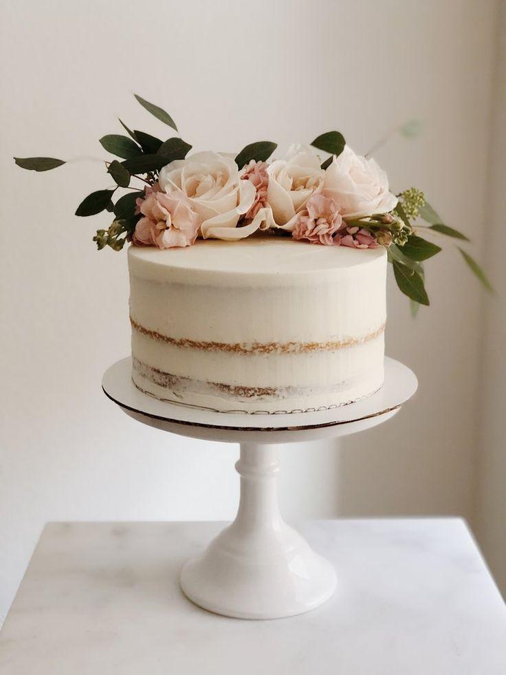 Hochzeitstorte Inspiration in Weiß mit Blumen in Blush
