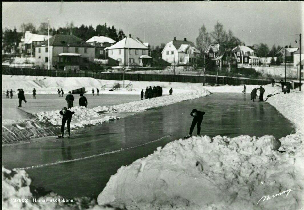 Hedmark fylke Hamar stadion  Skøitebanen med utøvere på isen Utg Normann. Postgått 1948