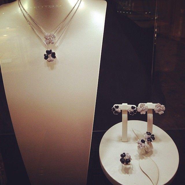Instagram media debbyliu8243 - Van cleef & arpels new Cosmo collection.  #vancleefandarpels #luxery #cosmo #diamonds #onyx  #brandnew #18k