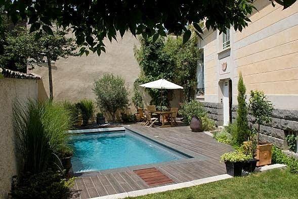 Jardins com piscinas pequenas buscar con google for Decoracion patio con piscina