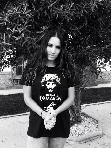 India Martínez con la camiseta de Eterno Camarón.