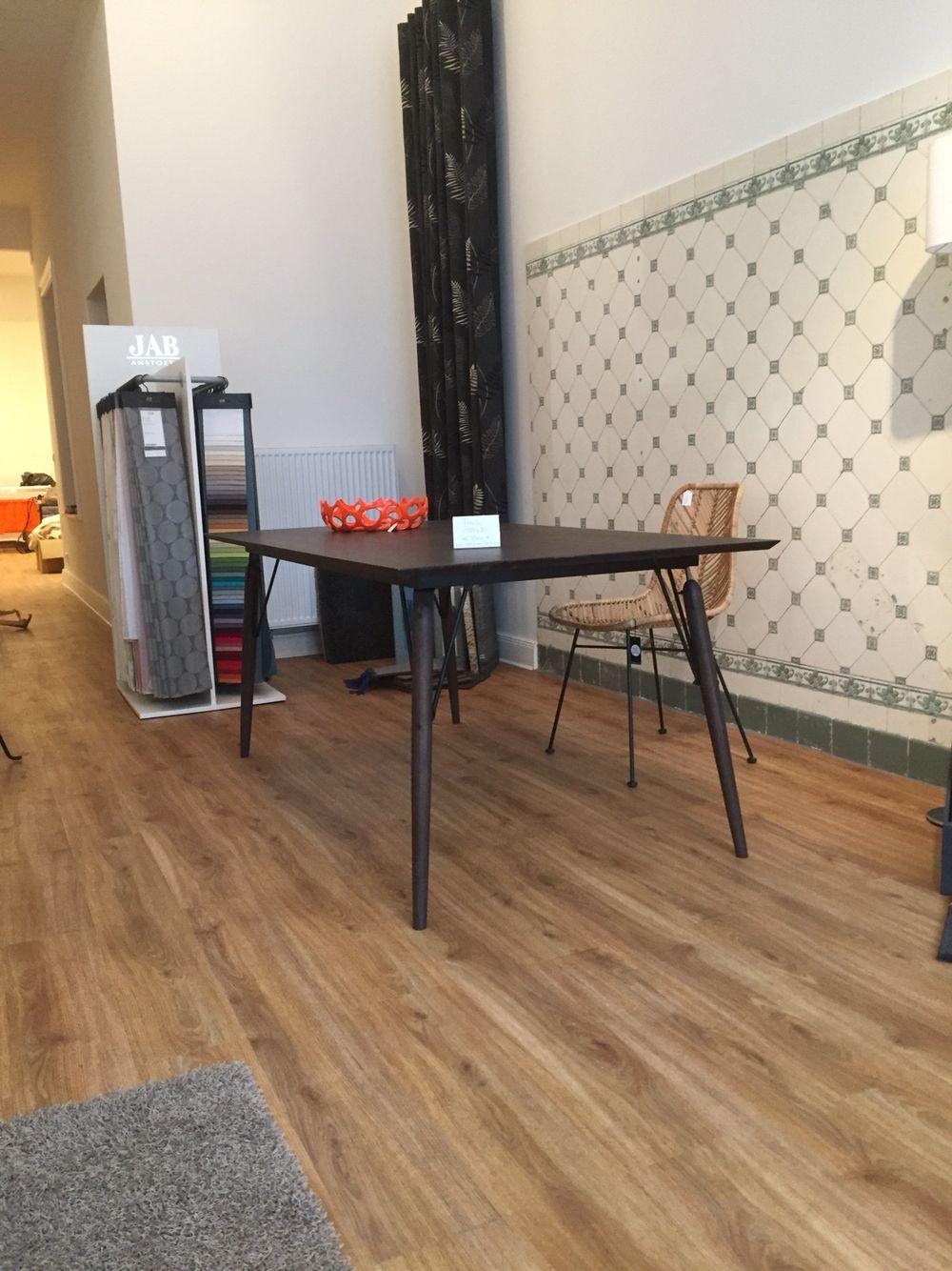 neu in der Ausstellung eingetroffen. Tisch von Marie's Corner. geräucherte  amerikanische Eiche