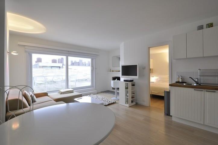 Appartement te koop in Knokke - 2 slaapkamers - 60m² - 435 000 € - Logic-immo.be - Gerenoveerde penthouse, gelegen op enkele passen van de Zeedijk in hartje Zoute, vlakbij het Driehoeksplein...  Samenstelling: Inkom met vestiaire en apart toilet. Aangename  woonkamer met open haard ...