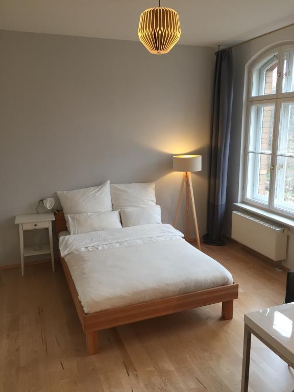 Das Schlafzimmer Im Clean Look Mit Tollen Designermöbeln. Besonders Toll  Sind Die Beiden Lampen