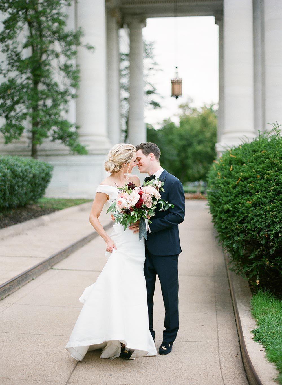 Weg von der Schulter Brautkleid und schwarzem Smoking DC Hochzeit ...