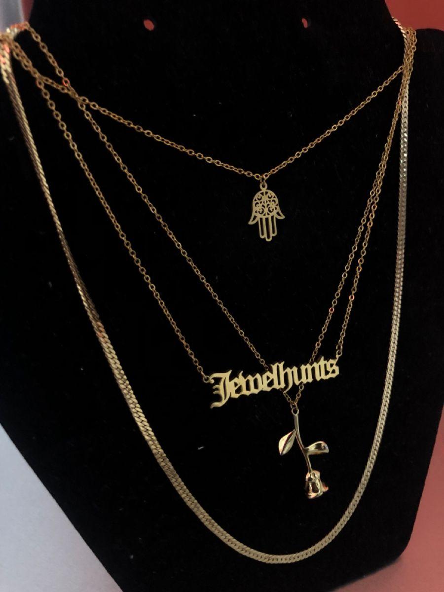 #rosenecklace #jewelryideasdiy #layerednecklace #namenecklaces #namenecklace #jewelryaesthetic #goldaesthetic #goldblack #follow4follow #followforfollowback #followforfollowback