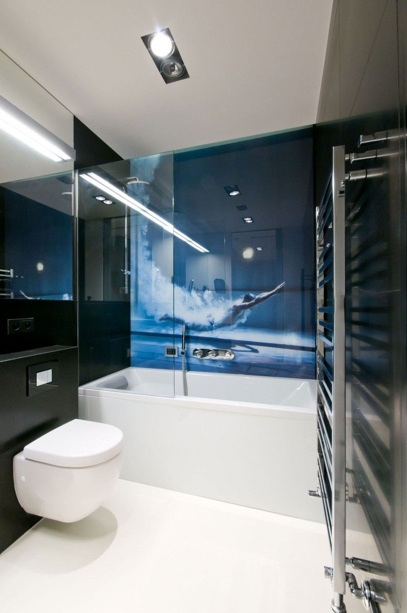 wirkungsvolle Fototapete hinter Glaswand im Bad neben der Badewanne ...